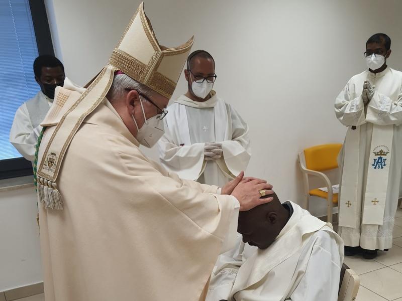 Il Vescovo Libanori su mandato del Papa ordina prete Livinius